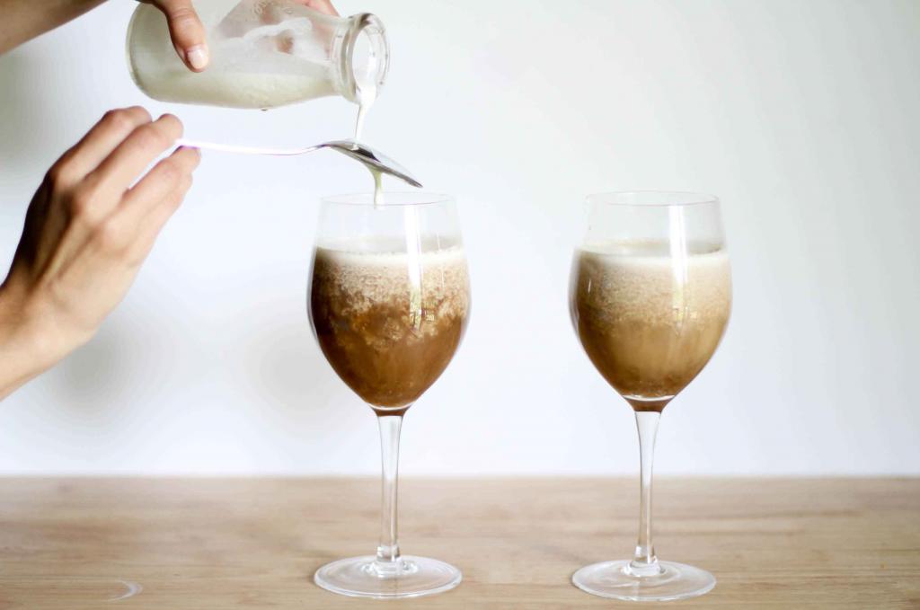 как наливать сливки в кофе